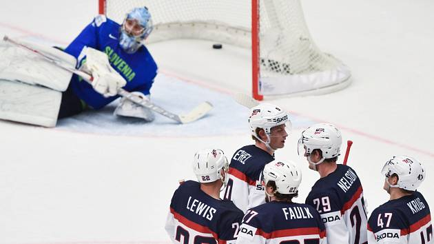 Hokejisté Spojených států slaví gól v síti Slovinska