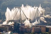 Italští pyrotechnici 28. června 2019 odstřelili dva zbývající pilíře zříceného Morandiho mostu v Janově.