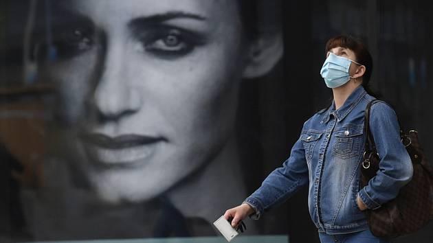 Žena s rouškou u centra Arkády Pankrác