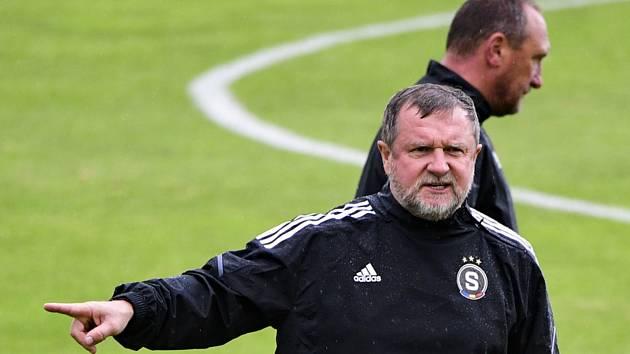 Trenér Pavel Vrba na tréninku fotbalistů Sparty.