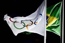 Brazilská a olympijská vlajka.
