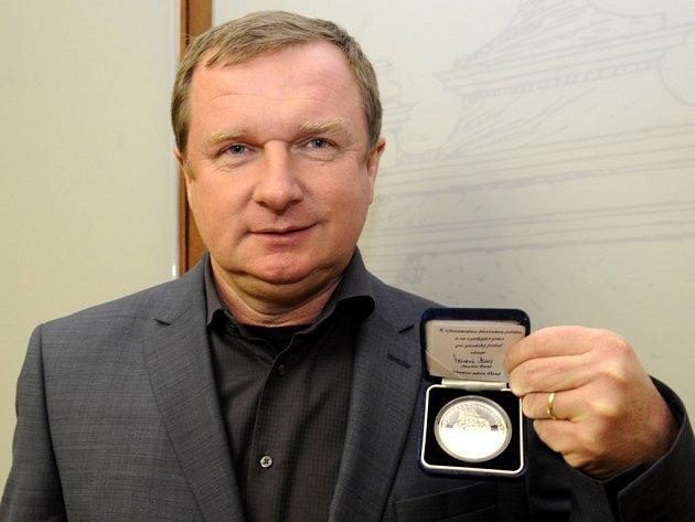 Trenér Pavel Vrba dostal od Plzně medaili za práci pro fotbal i město.
