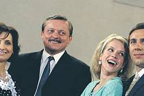 Seriálová rodinka. Rodiče Veronika Freimanová a Svatopluk Skopal, jejich syn Roman Vojtek a jeho milá Andrea Kerestešová.