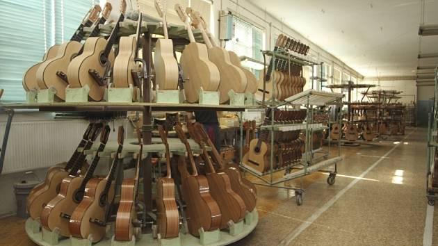 Výroba kytar ve firmě Strunal v Lubech u Chebu.