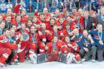 BRONZOVÁ RADOST. Křikli na sebe, klekli si... Takto se v Helsinkách vyfotil celý tým včetně trenérů a funkcionářů.