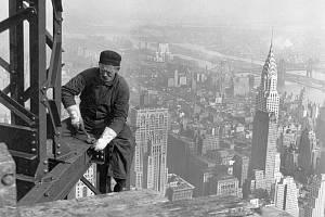 Práce na Empire State Buildingu, v pozadí Chrysler Building, 1930