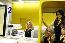Prototyp pobočky, která se po pilotním provozu stane modelem pro změnu podoby celé poštovní sítě České pošty, byl otevřen 16. června v obchodním centru Eden v Praze.