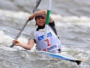 Maarten van der Weijden z Nizozemska si plave pro zlato v závodě na 10 km.