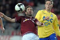 Štěpán Vachoušek z Teplic pozoruje Karola Kisela, jak si zpracovává míč.