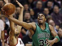 Paul Pierce z Bostonu Celtics se snaží pod košem prosadit proti bránícímu Nicolasu Batumovi z Portlandu.