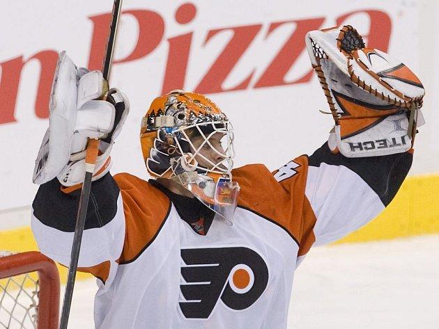 Brankář Philadelphie Flyers Biron se raduje, konečně se dočkal výhry.