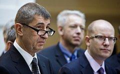 Předsedové ČSSD a hnutí ANO Bohuslav Sobotka a Andrej Babiš a místopředseda KDU-ČSL Marian Jurečka vystoupili 13. prosince v Praze spolu s dalšími členy vyjednávacích týmů na tiskové konferenci k představení programové části koaliční smlouvy.