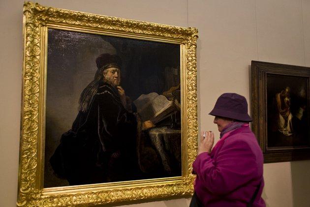 Do Národní galerie ve Šternberském paláci byl 22. září navrácen restaurovaný Rembrandtův obraz Učenec ve studovně.