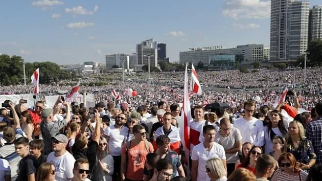 Lidé v běloruském Minsku protestují proti výsledku prezidentských voleb, které byly podle nich zfalšované.