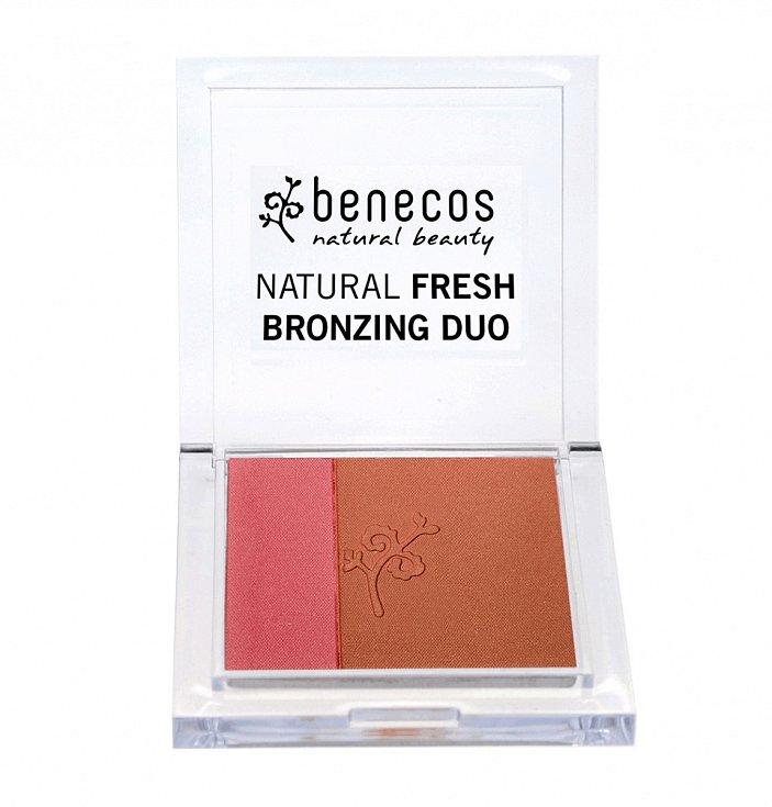 Ranní červánky.  Rozjasňující bronzer v bio kvalitě s barevnými pigmenty, odrážejícími světlo, dodá pleti projasněný a zářivý vzhled. Bronzové vykouzlí dokonalou pleť a zbaví ji stop únavy. Natural Fresh Bronzing Duo, Benecos, 145 Kč
