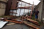 Hasiči kvůli bouřkám 21. června 2021 v podvečer evidovali v Olomouci už více než dvě desítky výjezdů. Zajistili například utrženou střechu v Odrlicích