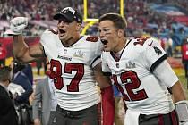 Tom Brady (vpravo) a Rob Gronkowski z Tampy se radují z vítězství v Super Bowlu.