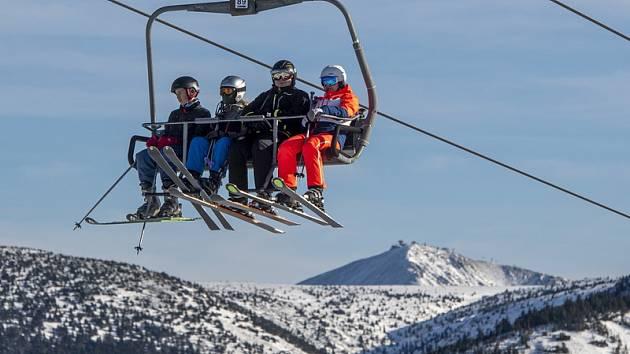 Lyžaři na Medvědíně ve Špindlerově Mlýně v Krkonoších na snímku z 2. ledna 2020. Vpravo je Sněžka.