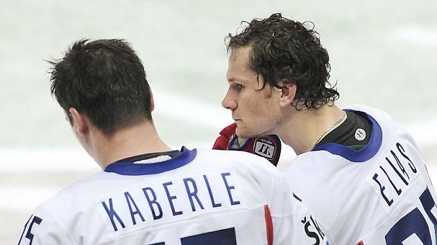Tomáš Kaberle (vlevo) a Patrik Eliáš se vzpamatovávají po porážce s týmem Švédska.