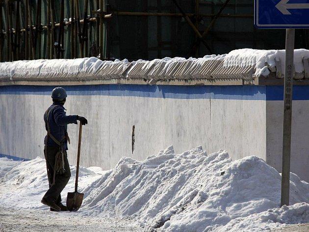 Nezvykle velké množství sněhu zasypalo v těchto dnech Čínu, ale také Koreu, v Indii už kvůli zimě umřelo více než sto lidí.