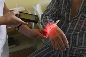 Ukázka bezpečného podání léků pacientovi v nemocnici - ilustrační foto.