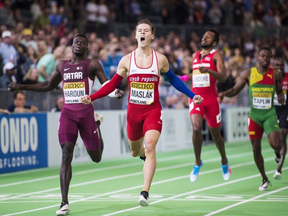 Pavel Maslák se raduje z triumfu ve finále běhu na 400 metrů na halovém mistrovství světa.