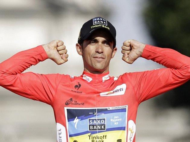 Španěl Alberto Contador se raduje z triumfu na Vueltě.