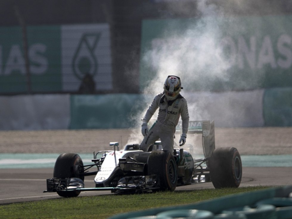 Lewise Hamiltona zradil v Malajsii motor.