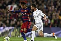 Neymar z Barcelony (vlevo) a Carvajal z Realu Madrid.
