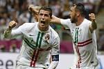 Kanonýr Portugalska Cristiano Ronaldo (vlevo) se raduje z gólu proti České republice na ME.