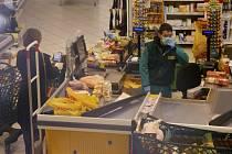 """Žena nakupuje 10. března 2020 v supermarketu v Římě v """"bezpečné"""" vzdálenosti od dalších zákazníků"""