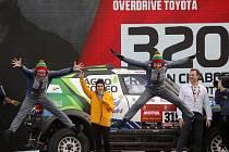 Litevec Vaidotas Zala (vlevo) se svým týmem a vozem Mini během prezentace v Džiddě před startem Rallye Dakar