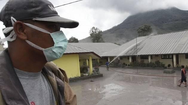 Hasiči se snaží vodou usadit sopečný prach.