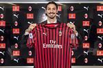 Švédský fotbalista Zlatan Ibrahimovic pózuje s dresem AC Milán