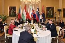 Za stolem český prezident Miloš Zeman (zády) a dále (zleva) prezidentka Slovenska Zuzana Čaputová, srbský prezident Aleksandar Vučić, prezident Maďarska János Áder, polský prezident Andrzej Duda a prezident Slovinska Borut Pahor 3. října 2019 na zámku v L