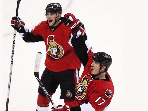 Český hokejový obránce Filip Kuba (vpravo) z Ottawy Senators.