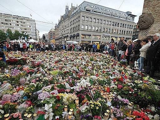 Norové v pondělí uctili minutou ticha více než 90 obětí pátečních útoků v Oslu a na nedalekém ostrově Utöya.