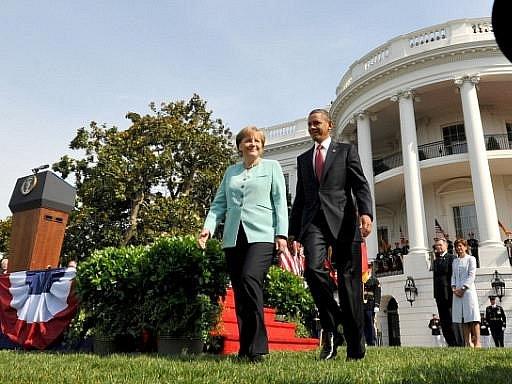 Americký prezident Barack Obama přivítal v Bílém domě německou kancléřku Angelu Merkelovou s nejvyššími poctami vyhrazenými zahraničním státníkům.