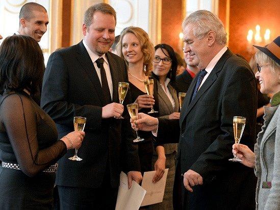 Prezident Miloš Zeman (vpravo) jmenoval 21. ledna na Pražském hradě 26 nových soudců obecných soudů České republiky.