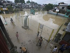 Počet obětí tropické bouře Fung-Wong, která se v těchto dnech přehnala nad Filipínami, vzrostl nejméně na sedm osob. Přes 200.000 lidí bouře vyhnala z domovů do provizorních ubytoven.