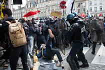 Francouzská policie zadržela v noci na dnešek 24 lidí v okolí pařížského Náměstí republiky, kde se už téměř měsíc konají demonstrace proti reformě zákoníku práce i obecně proti sociální nerovnosti ve společnosti.