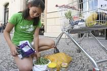 Dobrovolníci Greenpeace protestují proti nadměrnému používání plastů