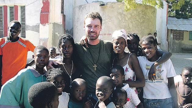 Kněz Roman Musil je na Haiti už od roku 2002, aby pomáhal místním.