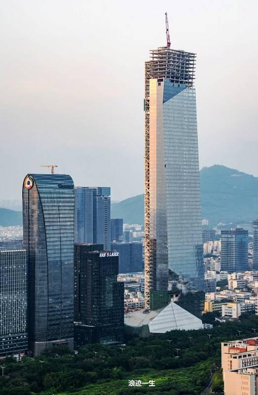 Na šestém místě se umístila čínská Hanking Center Tower. Mrakodrap se nachází ve městě Šen-čen, má 73 poschodí a měří 350 metrů