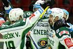 Hokejisté Karlových Varů se radují z gólu proti Vítkovicím.