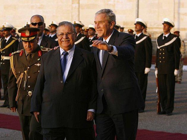Americký prezident přijel v neděli na neohlášenou návštěvu Iráku, aby se sešel s představiteli země a oslavil s nimi uzavření dohody o dalším pobytu amerických vojsk.