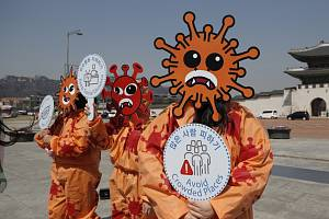 Ekologičtí aktivisté s maskách symbolizijících koronavirus se 30. března 2020 v Soulu účastní kampaně, která má pomáhat v prevenci proti nákaze.