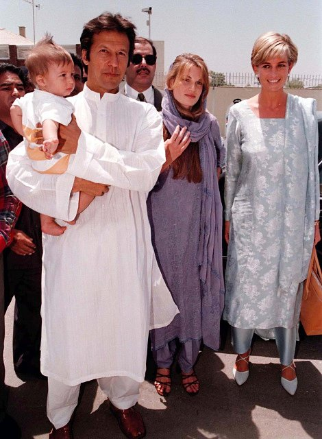 Princezna Diana při návštěvě Pákistánu v roce 1997. Na snímku s Imranem Khanem s jeho tehdejší manželkou.