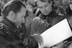 """Petr """"Kim"""" Maišaidr se skauty na Václavském náměstí u příležitosti vzpomínky na smrt Jana Palacha  (14.1.1990)"""