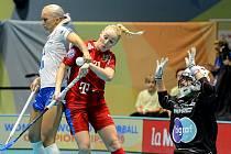 Česko - Finsko, Martina Řepková (v červeném) bojuje před brankou Suomi.